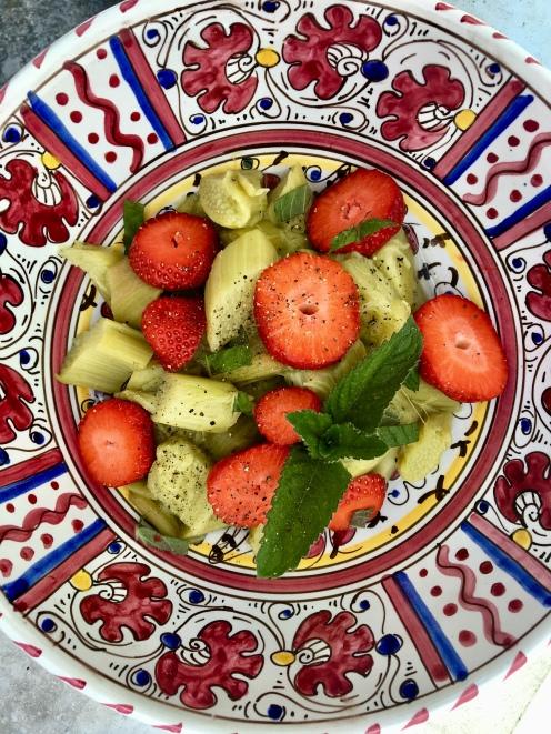 Rhabarber-Erdbeer-Salat mit Minze