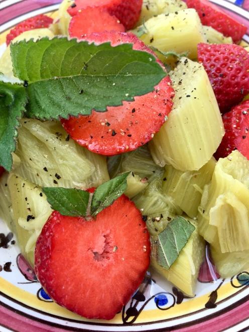 Erfrischender Rhabarber-Erdbeer-Salat mit Minze