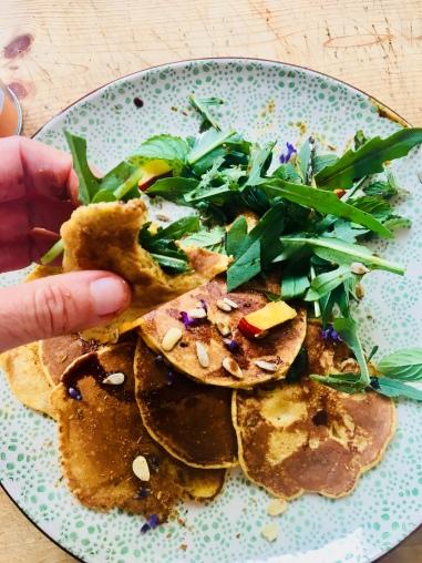Würzige Pfannkuchen mit Minze und Pfirsich