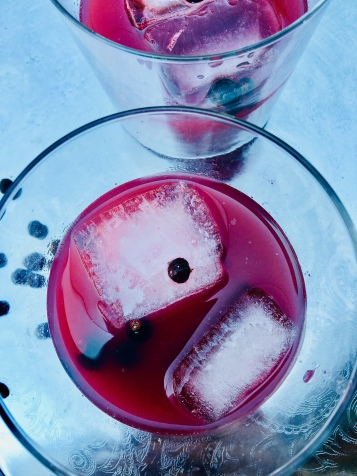 Gin mit Wacholder und schwarzen Johannisbeeren